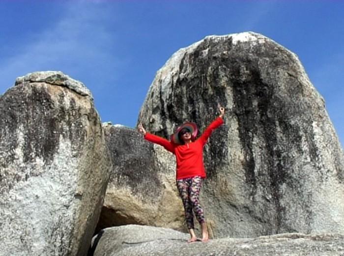 devant les pierres pulau berlayar Belitung Indonesie