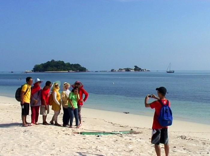 sur la plage de kelayang