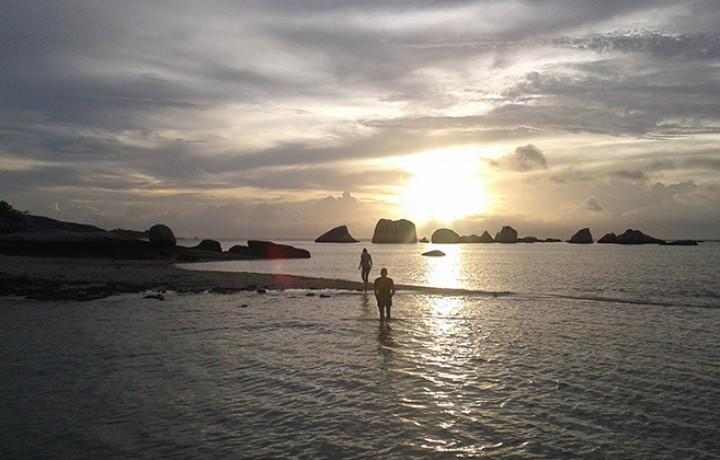 Sunset sur ile déserte Belitung Indonésie Go Belitung